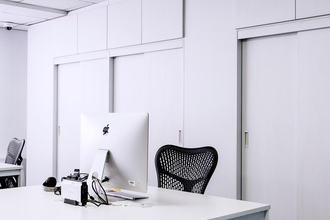 Biuro urządzone na biało