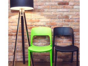 kolorowe krzesła z plastiku